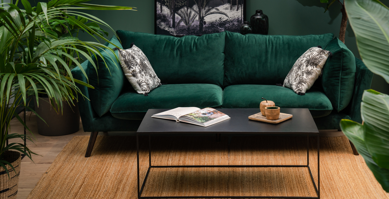 Table basse en métal noir et canapé velours vert vintage