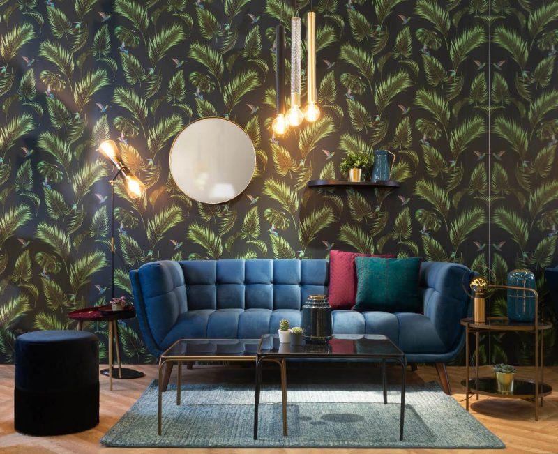 canapé velours bleu dans salon esprit jungle