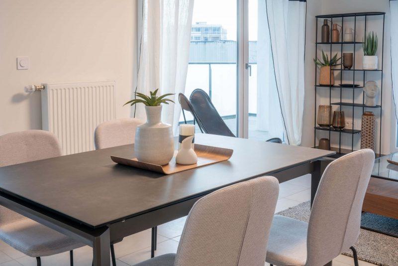 table en céramique et chaises designs beiges
