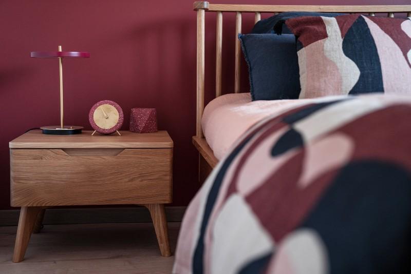 lit à barreaux dans chambre rétro