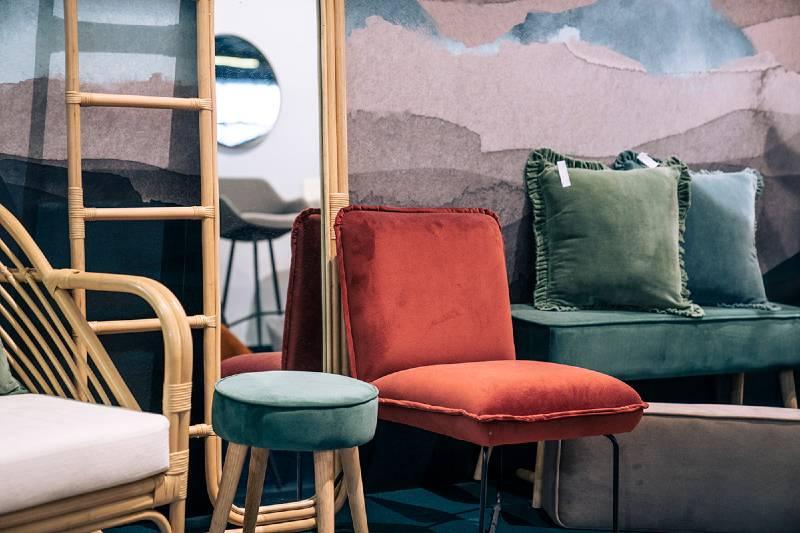 miroir porte serviette en rotin, banc céladon et fauteuil tomette zago