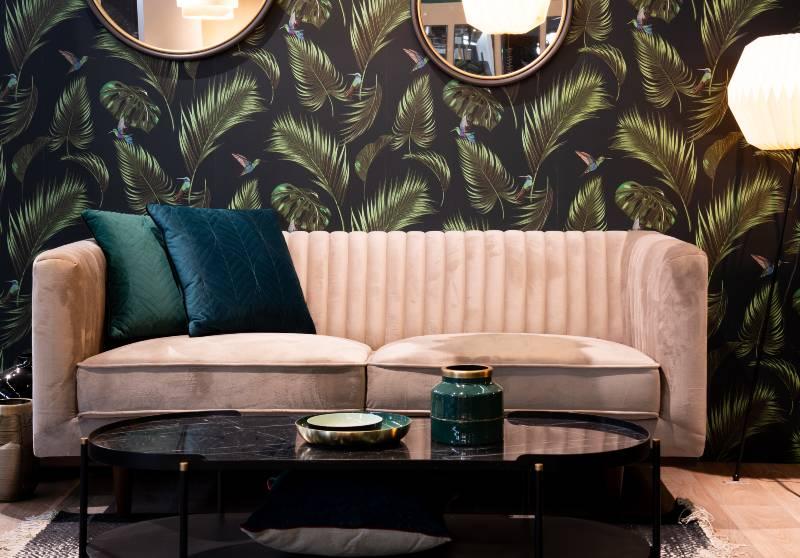 salon rétro avec tapisserie jungle et canapé velours